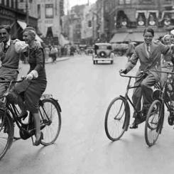 Rowerzyści na kopenhaskiej ulicy - lata trzydzieste XX wieku