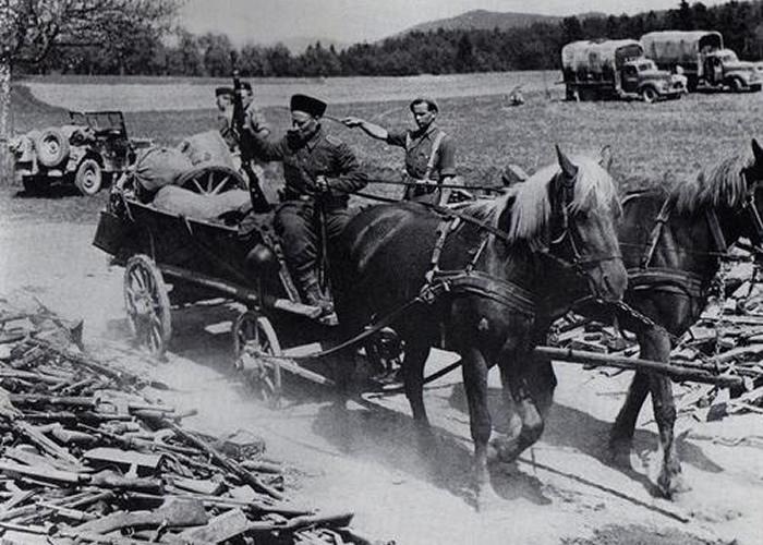 Kozacy składający broń przed Brytyjczykami. Austria - maj 1945