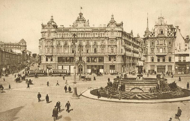 """Plac Łubiański w Moskwie - prawdopodobnie początek lat dwudziestych XX wieku. Na pierwszym planie siedziba GPU (przed 1917 rokiem gmach towarzystwa ubezpieczeniowego """"Rossija"""" ) potocznie zwana Łubianką."""