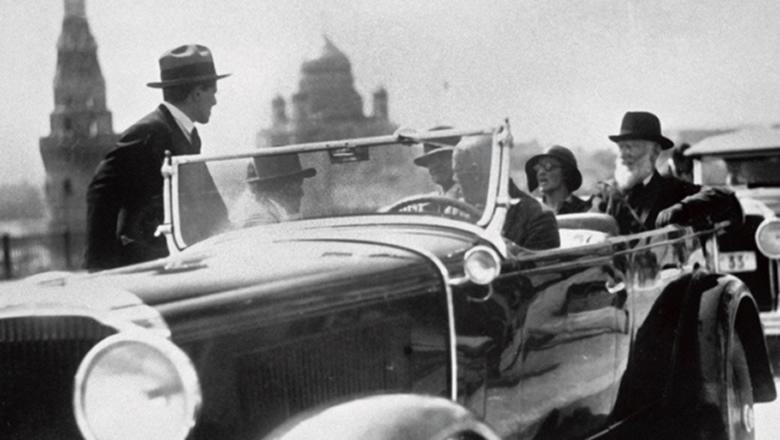 Brytyjski dramaturg George Bernard Shaw w rządowej limuzynie podczas wizyty w Moskwie w roku 1931 (na zdjęciu pierwszy z prawej)