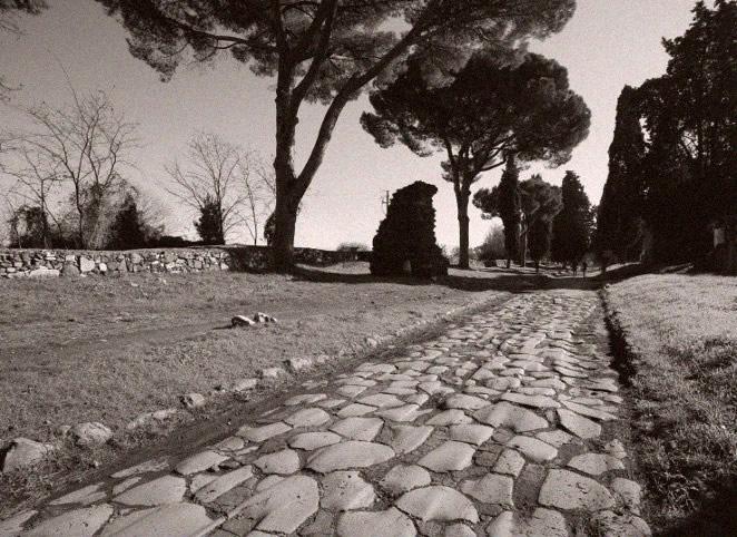 Via Appia - najstarsza rzymska droga prowadząca z Rzymu do Brindisi na wybrzeżu Adriatyku. Jej budowę rozpoczęto w roku 312 p.n.e.