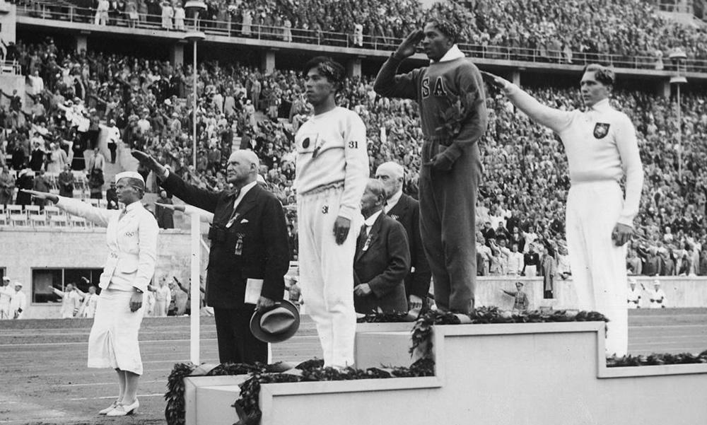 Olimpiada w Berlinie 1936; na najwyższym stopniu podium zwycięzca skoku w dal - Jesse Owens
