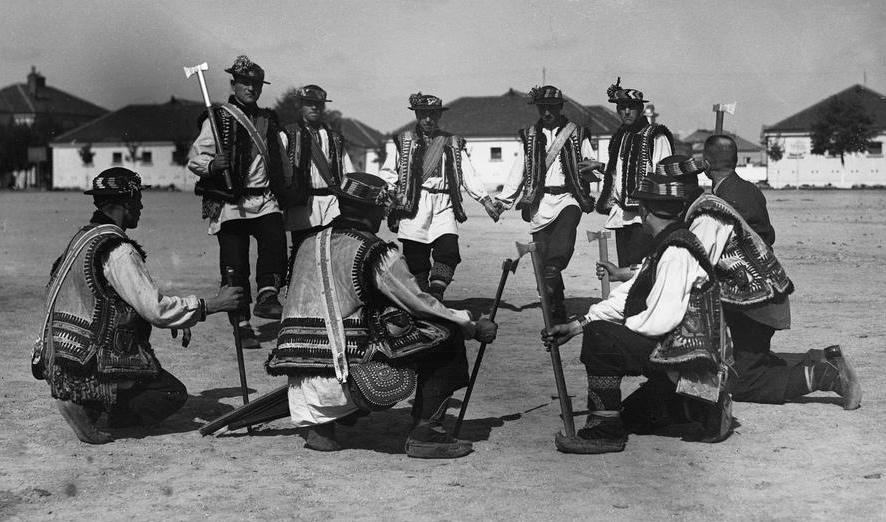 Grupa tańczących Hucułów