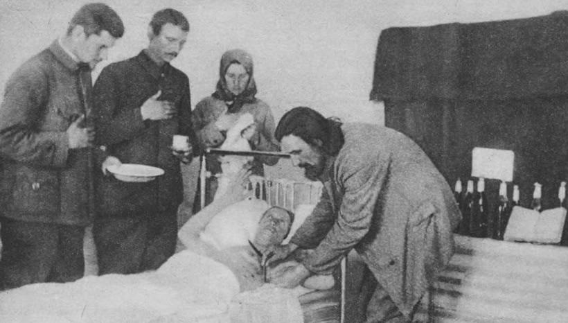 """""""Prorok"""" Jan Muraszko dokonuje symbolicznej krwawej operacji """"zdjęcia 7-miu pieczęci z księgi świętej"""". (źródło: Tajny Detektyw)"""