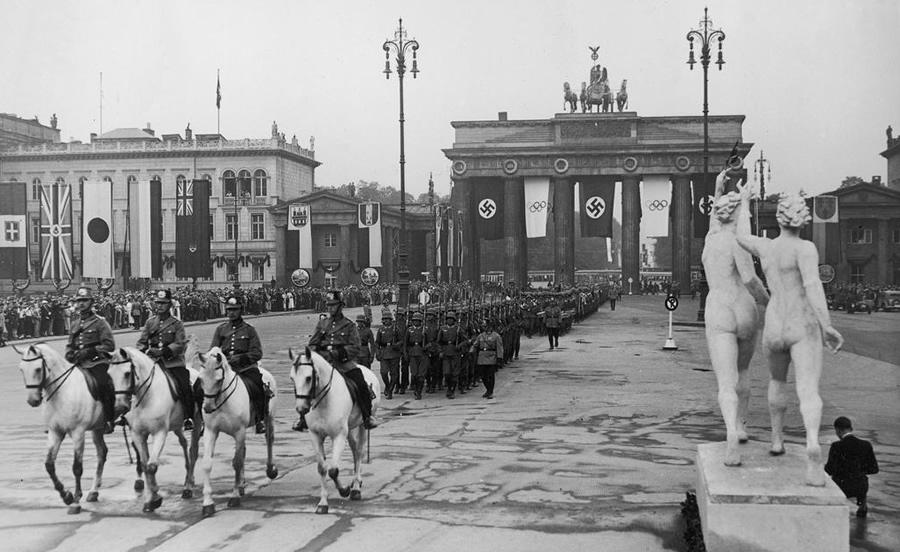 Berlin, 1 sierpnia 1936; otwarcie XI Igrzysk Olimpijskich; przemarsz wojsk niemieckich przez Bramę Brandenburską