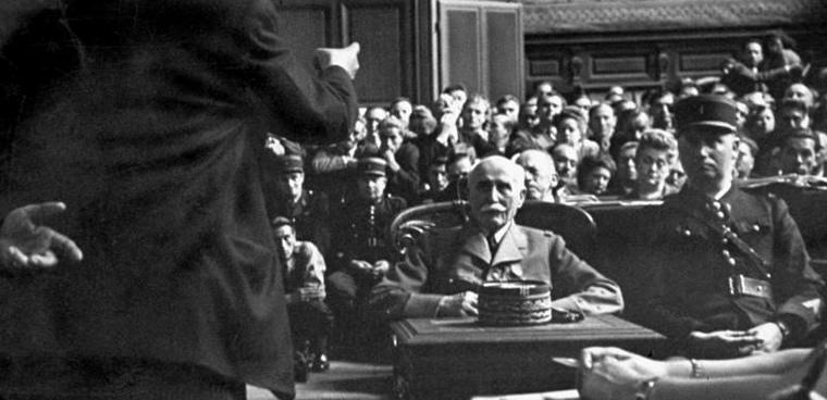 """Philippe Pétain podczas rozprawy przed paryskim Trybunałem Stanu; sierpień 1945 rok (zdjęcie pochodzi z magazynu """"Life"""")"""