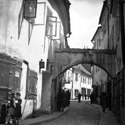 Wilno - uliczka w dzielnicy żydowskiej (www.polona.pl)